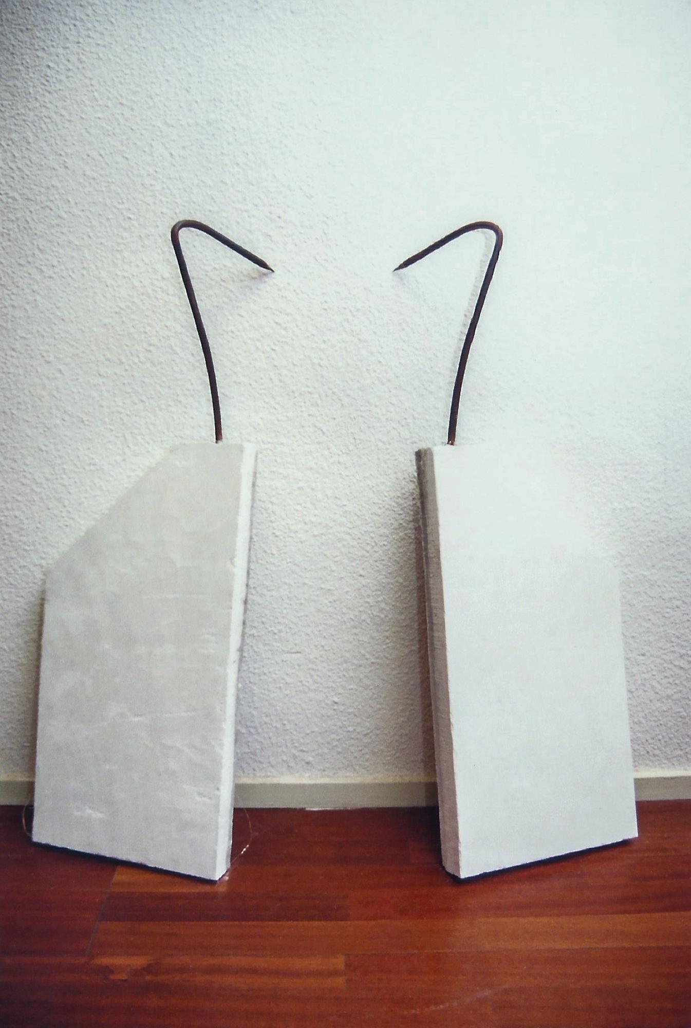 Magnolia Soto. Alas. 1999. Hierro en mortero de cemento. 100 x 40 x 25 cm. cada una.