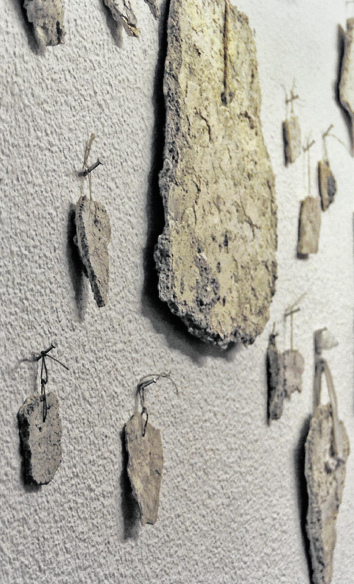 Magnolia Soto. Exvotos. 1998. Cal, arena, azufre, sal, hilo y agua. Medidas variables.